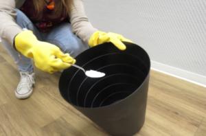 häll bakpulver i dina avfallskärl för att bli av med lukt